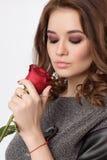 有红色玫瑰的秀丽妇女 库存照片