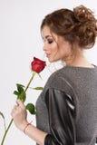 有红色玫瑰的秀丽妇女 免版税库存图片