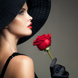 有红色玫瑰的美丽的妇女 减速火箭的时尚图象 库存照片