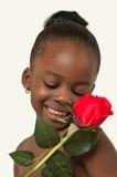 有红色玫瑰的美丽的小女孩 免版税库存照片