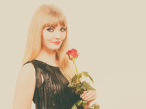 有红色玫瑰的美丽的小姐 免版税图库摄影