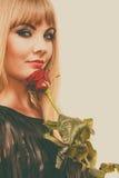 有红色玫瑰的美丽的小姐 免版税库存照片