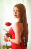 有红色玫瑰的美丽的金发碧眼的女人 免版税图库摄影