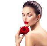 有红色玫瑰花的秀丽妇女 免版税库存图片