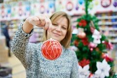 有红色球的秀丽妇女圣诞树的 库存照片