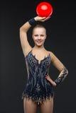 有红色球的Gymnastist女孩 免版税库存照片