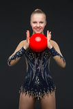 有红色球的Gymnastist女孩 库存图片