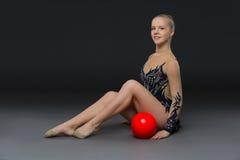 有红色球的Gymnastist女孩 图库摄影