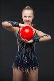 有红色球的Gymnastist女孩 免版税库存图片