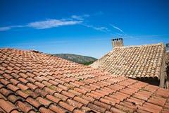 有红色瓦片和蓝天的地中海屋顶在法国 免版税图库摄影