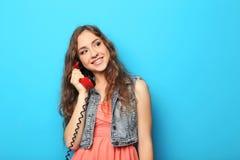 有红色电话的少妇 免版税库存照片