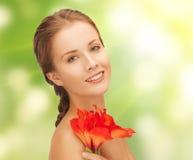 有红色百合花的可爱的妇女 图库摄影