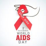 有红色的人的手援助世界援助天概念的丝带 免版税库存照片