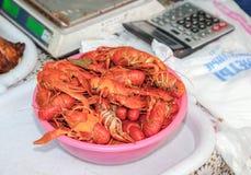 有红色的板材煮沸了在桌上的小龙虾 库存照片