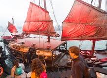 有红色的破烂物小船航行香港 库存照片
