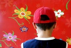 有红色盖帽的男孩 库存图片