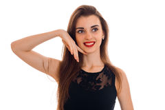 有红色看起来嘴唇和黑的礼服的愉快的年轻深色的在白色背景隔绝的夫人去和微笑 免版税图库摄影
