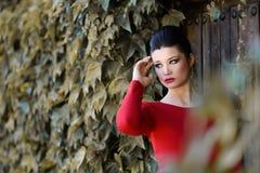 有红色礼服的年轻美丽的日本妇女 免版税库存图片