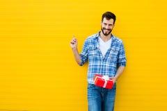 有红色礼物的成人人 免版税图库摄影