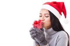有红色礼物盒和圣诞节圣诞老人帽子的愉快的妇女 图库摄影