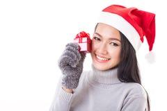 有红色礼物盒和圣诞节帽子的愉快的妇女 免版税库存照片