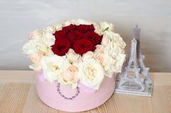 有红色站立在木桌上的开花和白玫瑰美丽的花束的礼物桃红色箱子  浪漫片刻和V的标志 库存照片