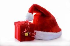有红色箱子的圣诞老人帽子 库存照片