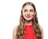 有红色耳环的快乐的式样妇女 免版税库存照片
