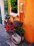 有红色自行车的意大利街道 免版税库存照片