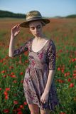 有红色花时尚画象的妇女农夫 免版税库存照片