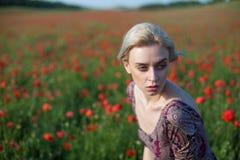 有红色花时尚画象的妇女农夫 库存照片