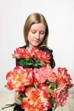有红色花束的一个女孩 免版税库存照片