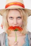 有红色花的俏丽的妇女 图库摄影