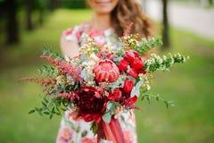 有红色花的女孩 图库摄影