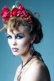 有红色花的妇女在头发 免版税图库摄影