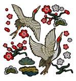 有红色花的日本白色起重机 免版税图库摄影