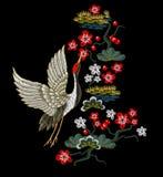 有红色花的日本白色起重机 免版税库存图片