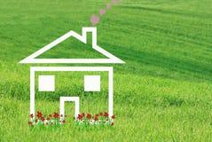 有红色花的白色梦之家 免版税库存照片
