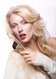 有红色花的美丽的性感的新女性金发碧眼的女人 免版税库存图片
