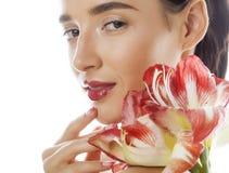 有红色花的年轻俏丽的深色的妇女 库存照片