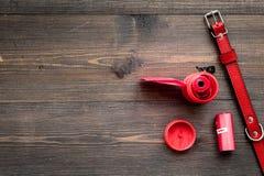 有红色衣领的宠物照管和修饰工具在木背景顶视图空间为文本 库存图片