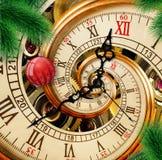 有红色装饰品球的抽象新年时钟在绿色圣诞树背景 新年快乐2018卡片圣诞节时间 图库摄影