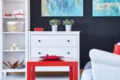 有红色辅助部件的客厅 图库摄影
