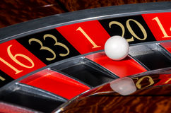 有红色部门的一1经典娱乐场轮盘赌的赌轮 免版税库存照片