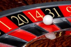 有红色部门的四经典娱乐场轮盘赌的赌轮 库存图片