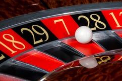 有红色部门seve的经典娱乐场轮盘赌的赌轮 库存照片