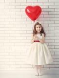 有红色重点的女孩 免版税库存照片