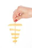 有红色钉子藏品的妇女的手油煎了土豆 免版税库存照片