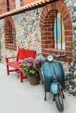 有红色长凳的经典摩托车 免版税库存图片