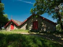 有红色门和两个屋顶的一个船库 库存照片